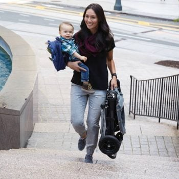 Baby Jogger City Mini GT is very light and we can carry it in one hand